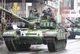 Gripeny a tanky se prohnaly Prahou. Podívejte se na největší vojenskou přehlídku české historie