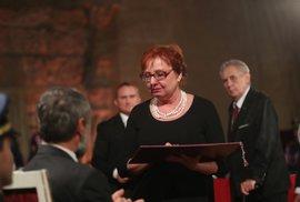 Za zabitého praporčíka Martina Marcinu převzala ocenění maminka, měla během toho v očích slzy