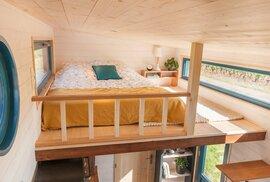 Tiny House Valhalla na 13 metrech čtverečních skrývá dvě ložnice, obývák, kuchyň i pracovnu