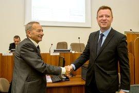 Jaroslav Kubera gratuluje na archivní fotce Hynku Hanzovi ke zvolení primátorem