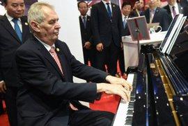Každé ráno na piano hraje… Zeman. Prezident v Číně zabrnkal svou oblíbenou píseň