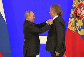 Nohavica převzal od Putina Puškinovu medaili, a ukončil tím studenou válku. Lidé slaví,…