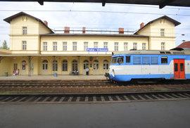 Stovky vlaků stojí, mají zpoždění nebo jsou rušeny. Porucha zastavila železniční dopravu v Praze