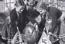 Skutečně bizarní fotografie: Holky vezou právě upečený chleba chudým Němcům. Vlaječky s hákovým křížem nemohou chybět