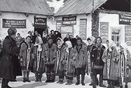 Jukagíři před klubem Nělemnoje vítají výpravu Hanzelky a Zikmunda, SSSR 26. 4. 1964