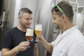 Jak chutná pivo z garáže? Minipivovar HoppyDog ukázal pivnímu skautovi Psí kusy