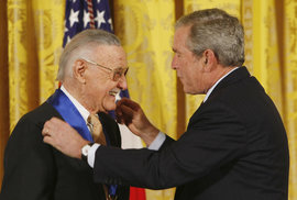 Stan Lee (†95) a George W. Bush.