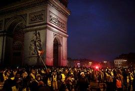 Poničený Vítězný oblouk, rabování a brutální protesty. Francii hrozí výjimečný stav