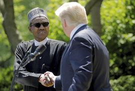 Nigerijský prezident Buhari během setkání se svým americkým protějškem Donaldem Trumpem. Podle konspirátorů je na na snímku Buhariho súdánský dvojník Džubril.