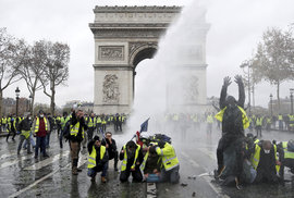 """Při protestech """"žlutých vest"""" ve Francii byl poškozen i pařížský Vítězný oblouk"""