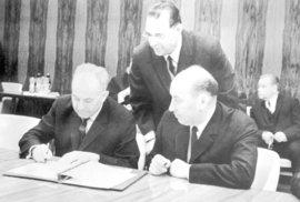 Zasedání RVHP, které se konalo od 23.dubna 1969 v Moskvě, skončilo 26.dubna. Komuniké o 23. zasedání RVHP bylo schváleno jednomyslně. Na snímku vedoucí čs. delegace, první tajemník ÚV KSČ Gustáv Husák (vlevo) a předseda vlády Oldřich Černík při podpisu závěrečného komuniké