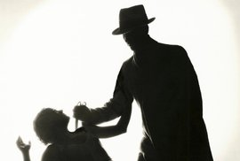 Místo aby dal synovci housličky, zabil mu na Štědrý den babičku
