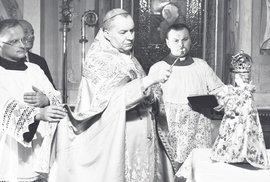 Kardinál Karel Kašpar světí Pražské Jezulátko pro Bolívii, prosinec 1936