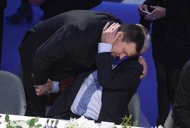 Junckerovo objetí s estonským premiérem Jürim Ratasem.