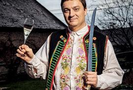 Kamil Prokeš propadl kromě vína asabráže také krojům – logicky se touto kombinací stává často zaslouženě středem pozornosti