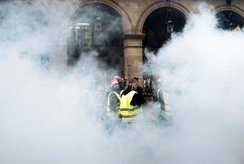 Ohně i vodní děla. Žluté vesty v Paříži pronikly do budovy vlády, úředníky…