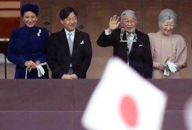 Japonský císař Akihito slaví 85. narozeniny. Popřát mu přišly desítky tisíc lidí