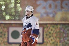 Ruský prezident se v hokejové výzbroji proháněl po Rudém náměstí, (29.12.2018).