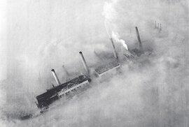 Kromě bezpočtu domácích krbů zahušťovaly atmosféru uhelné elektrárny. Zchudlé Británii zbyla jen podřadná sirnatá paliva.