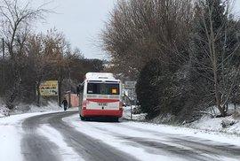Sníh a námraza prakticky zastavily provoz na silnici Pražská ve Velkých Přílepech. Kvůli zasněžené namrzlé vozovce se tvořily kolony aut, kterým se podsmekávaly pneumatiky. V koloně uvízly i autobusy.