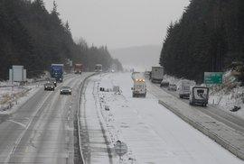 """""""Se zimou a sněhem nikdo nepočítal,"""" ospravedlňuje ministr Ťok kalamitní situaci na dálnici D1"""