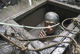 Nelegální těžba zlata na Filipínách aneb Smrtící ponor do bahna pro kousek…