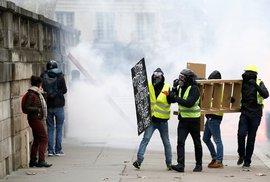Policie při protestech zadržela zhruba 100 lidí. Několik lidí bylo při střetech demonstrantů s policisty zraněno. (12.12019)