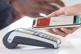 Konec hotovosti v Česku? Do ČR dorazilo Apple Pay, pořídily si ho už desítky tisíc lidí. Jak s ním platit?