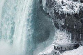 USA a Kanadu svírají mrazy, zamrzly i Niagarské vodopády.