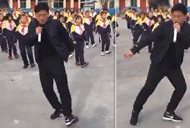 Čínský učitel se svými tančícími žáky uchvátil internet. 700 dětí se tanec naučilo o přestávkách