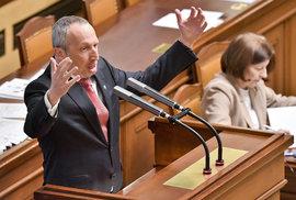ODS vyzvala Václava Klause mladšího, aby odešel z poslaneckého klubu. Prý stranu poškozuje. Ten odejít odmítl