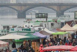 Náplavka ožila farmářskými trhy. K dostání tu byly špekáčky, víno nebo tulipány.