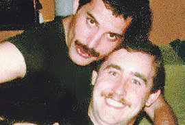 Freddie Mercury a jeho přítel Peter Freestone.