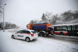 Kalamita na Kladně, výpadky elektřiny, odkloněná letadla. Sníh komplikuje provoz po celé republice