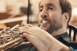 Bezruký hornista Felix Klieser si podmanil Salcburk, Mozartův koncert pro lesní roh…