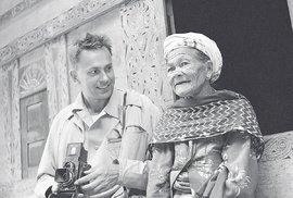 """""""15. 2. 1962, Indonésie, Sumatra, ostrov Samosir, Hutabolon, M. Zikmund sdomorodou ženou.""""  Takto svůj snímek popsali H+Z. Jejich následovníkům se pak vtomtéž stavení podařilo  najít ženinu vnučku (nafotografii sní je Tomáš Vaňourek)."""