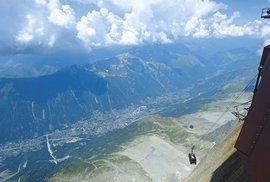 Cestou na Aiguille du Midi budete mít pocit, že co chvíli musíte narazit do skály