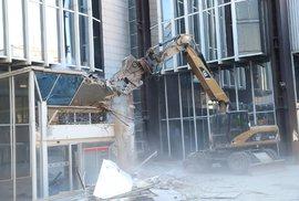 Demolice budovy Transgas na Vinohradské třídě.