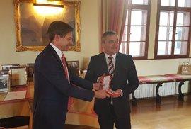 Exprimátor Brna Petr Vokřál (vpravo) při předání vyznamenání na půdě rakouského velvyslanectví v Praze.