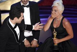 Dojatá Lady Gaga se konečně dočkala, poté co jí kolegyně a jiné filmy vyfoukly předcházející filmové ceny