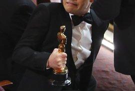 Rami Malek s Oscarem za roli Freddie Mercuryho ve filmu Bohamian Rhapsody