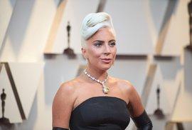 Lady Gaga vynesla šperky, které ve filmu Snídaně u Tiffanyho měla na sobě Audrey Hepburnová