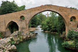 Římský most přes řeku Sella vznikl ve 13. století na místě mnohem staršího mostu. Uprostřed visí asturský kříž vítězství.