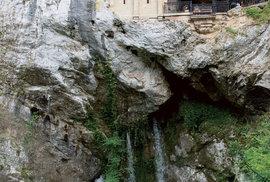 Svatá jeskyně, tradiční poutní místo s bazilikou z 19. století, ukrývá i hrob hrdiny Pelaya.