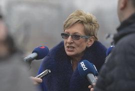 Čínský velvyslanec přikázal ministryni Novákové skákat na jedné noze a štěkat jako pes. Poslechla ho