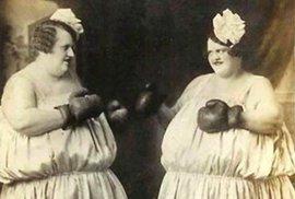 První hvězdou ženského boxu se stala Elizabeth Wilkinsonová už na počátku 18. století. Mohutná dáma udivovala tehdejší viktoriánskou Anglii schopností nastoupit k zápasům bez rukavic (a bez horního dílu oblečení) i proti mužským kolegům.