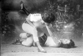 Jak se zrodil ženský box: Bez rukavic, bez podprsenek, s podpásovými údery i proti …