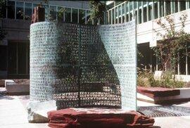 Na pozemcích centrály CIA v Langley se tyčí tajemná skulptura nazvaná Kryptos představující svitek papíru.