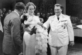 Křtiny Eddy Göringové, na kterých jí šel za kmotra Adolf Hitler