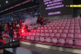 Plzeň řádila v Praze. Fotbaloví chuligáni popálili nezletilou dívku, na Spartě…